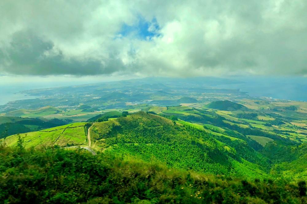 Blick auf Nord- und Südküste von Sao Miguel