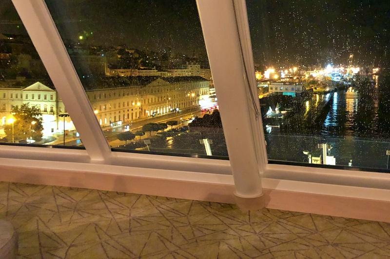 Blick auf das abendliche Lissabon aus der Himmel und Meer Lounge der Mein Schiff 4 auf der Kreuzfahrt Mittelmeer mit Andalusien