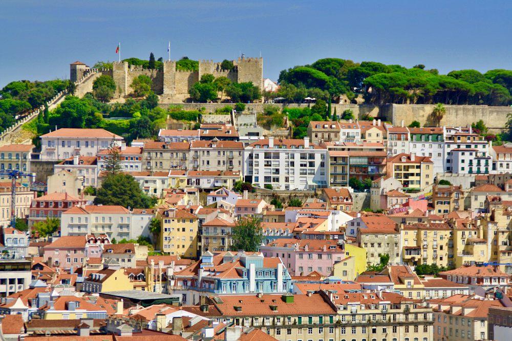 Blick vom Miradouro de Sao Pedro de Alcantara beim Tagesausflug Lissabon auf eigene Faust