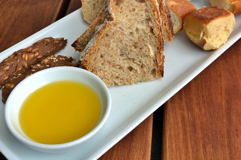 Brot und Olivenöl im Surf and Turf auf der Mein Schiff 6