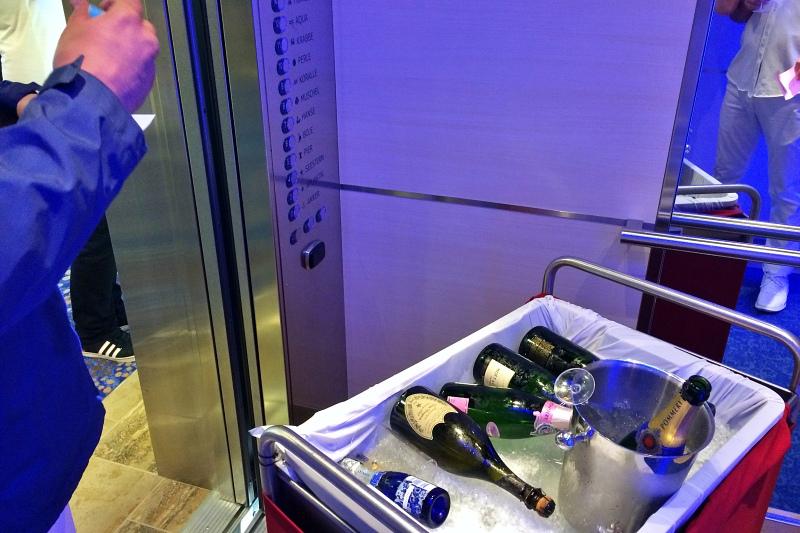 Champagner im Fahrstuhl der Mein Schiff 4 auf der Kreuzfahrt Mittelmeer mit Andalusien