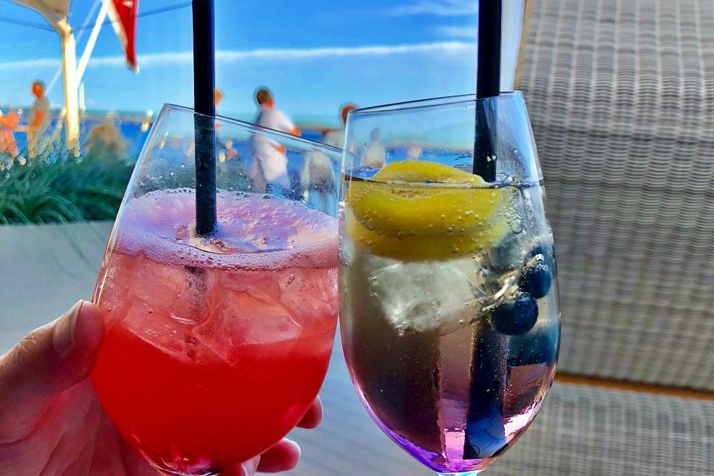 Cocktails im Champagner Treff der Mein Schiff 6