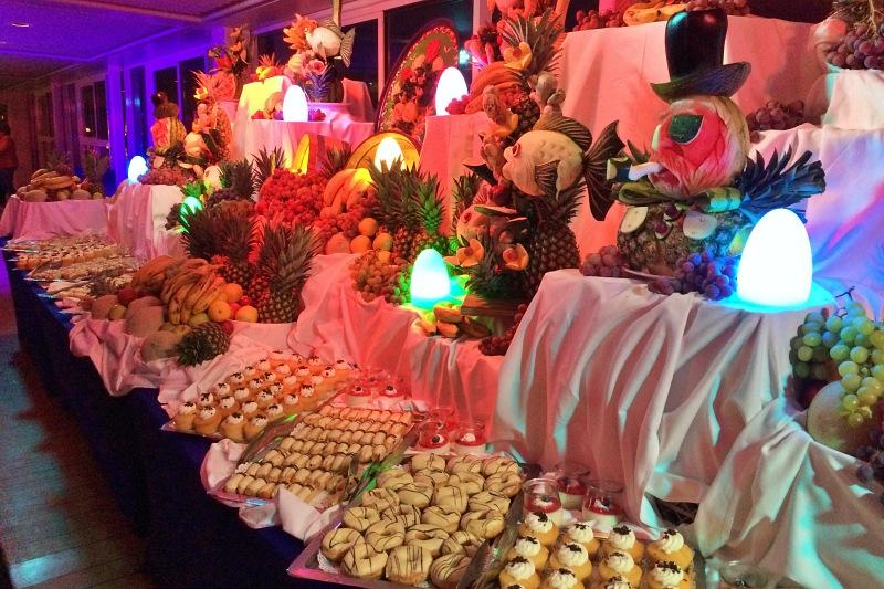 Dessertbuffet während der White Party auf der Mein Schiff 4 auf der Kreuzfahrt Mittelmeer mit Andalusien