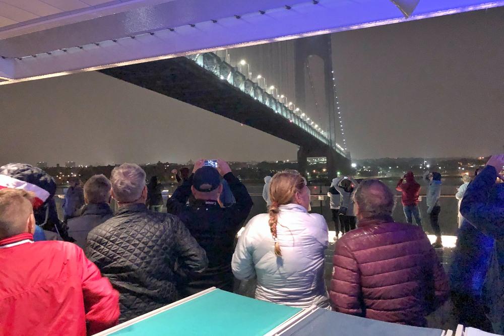 Einfahrt der Mein Schiff 6 nach New York unter der Verrazano Narrows Bridge auf der Kreuzfahrt Mallorca bis New York