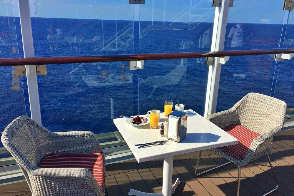 Frühstück im Aussenbereich des Ankelmannsplatz auf der Mein Schiff 6 während der Kreuzfahrt Mallorca bis New York