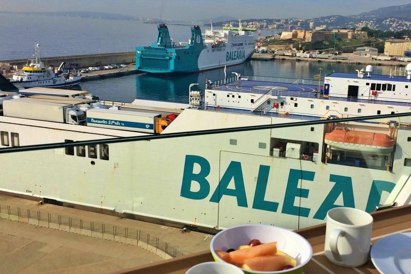 Frühstück im Hafen von Mallorca an Bord der Mein Schiff 4 vor der Kreuzfahrt Mittelmeer mit Andalusien