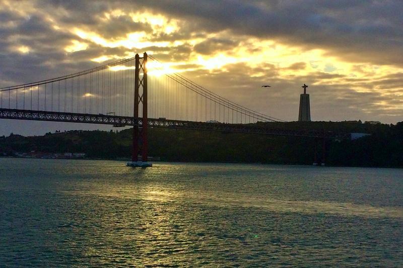 Mein Schiff 4 auf dem Tejo Richtung Lissabon auf der Kreuzfahrt Mittelmeer mit Andalusien