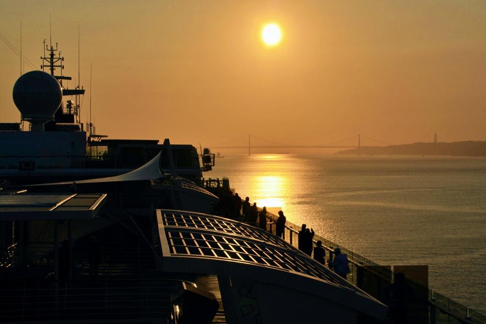 Mein Schiff 6 auf dem Tejo Richtung Lissabon - Mein Schiff Kreuzfahrtblog