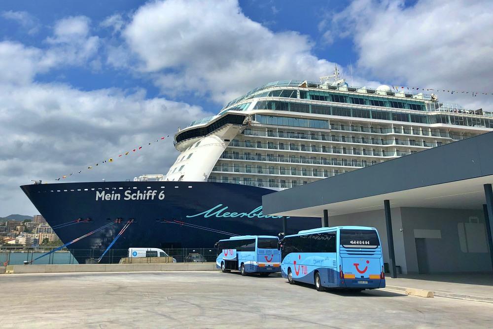 Mein Schiff 6 im Hafen von Palma de Mallorca vor der Kreuzfahrt Mallorca bis New York