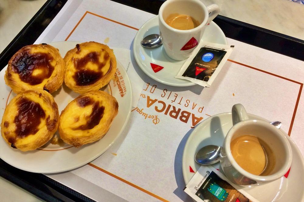 Pasteis de Nata mit Espresso beim Tagesausflug Lissabon auf eigene Faust