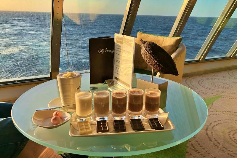 Schokoladen Verkostung in der Cafe Lounge auf der Mein Schiff 4