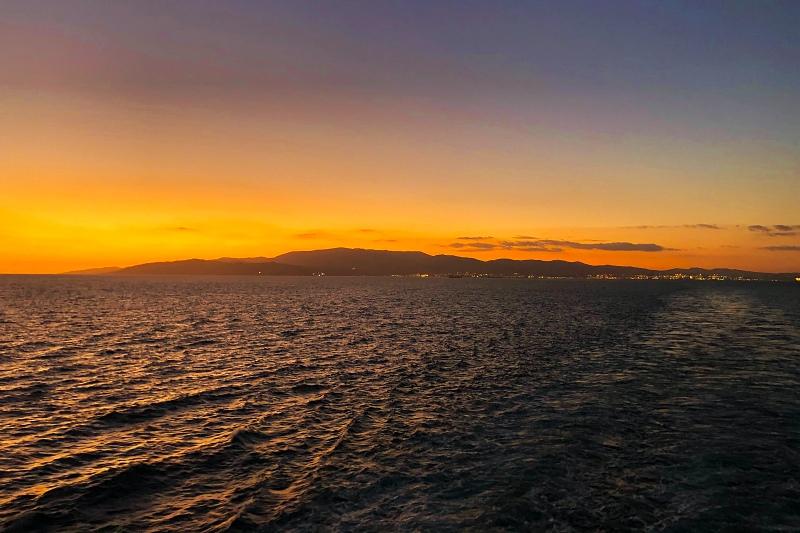 Sonnenuntergang nach dem Auslaufen aus Gibraltar auf der Kreuzfahrt Mittelmeer mit Andalusien