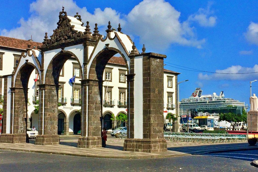 Stadttor Portas da Cidade in Ponta Delgada während unseres Landausflug Ponta Delgada