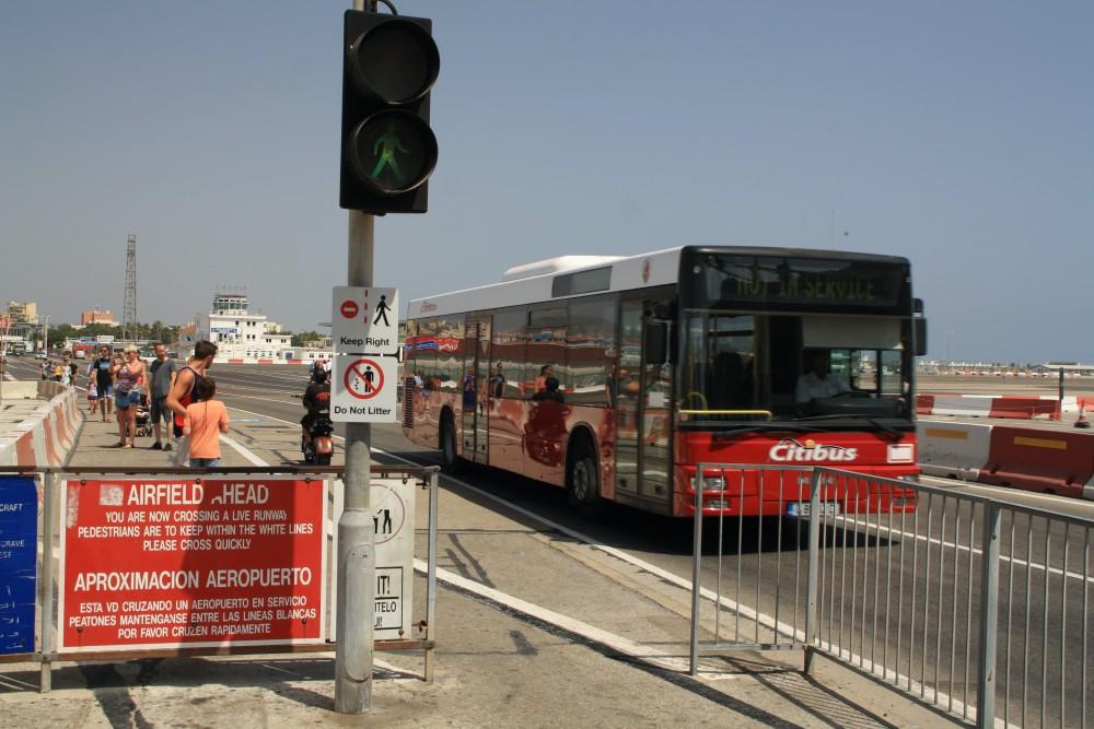 Strasse über die Rollbahn des Flughafen Gibraltar