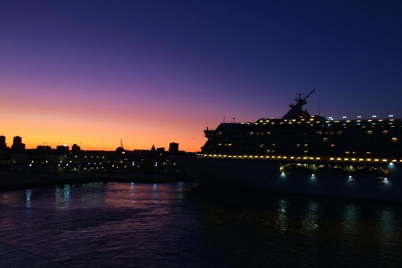 blaue Stunde beim Auslaufen der Mein Schiff 4 aus Valencia auf der Kreuzfahrt Mittelmeer mit Andalusien