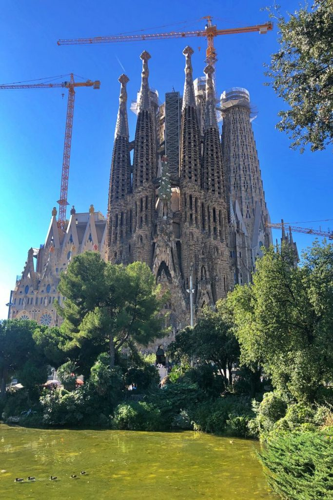 Sagrada Familia vom Placa de Gaudi beim Landausflug Barcelona auf eigene Faust