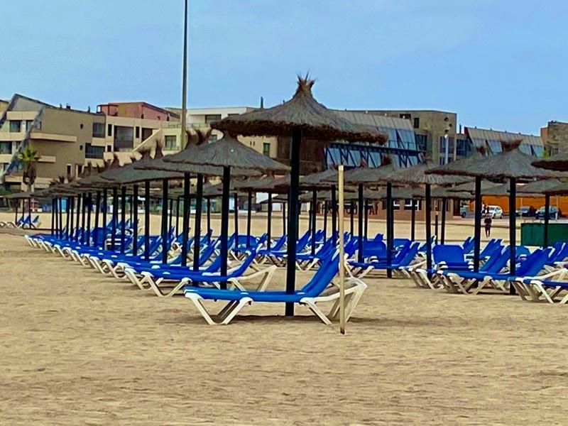 Kreuzfahrt Landausflüge bei Corona bedeuten Leere Liegen am Strand